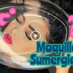 maquillaje sumergido en agua